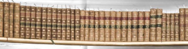 Ein Regalbrett mit alten Büchern.